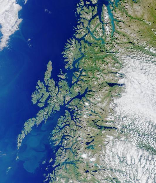 Fotografia aérea de uma porção da costa da Noruega.